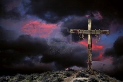 8850228-croce-cristiana-sanguinosa-vuoto-contro-arrabbiato-cielo-nuvoloso-che-rappresentano-le-immediate-con